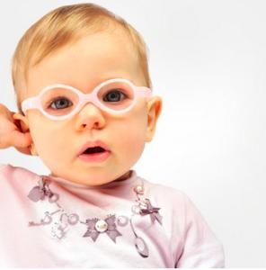 oftalmologia pediatrica: criança usando óculos