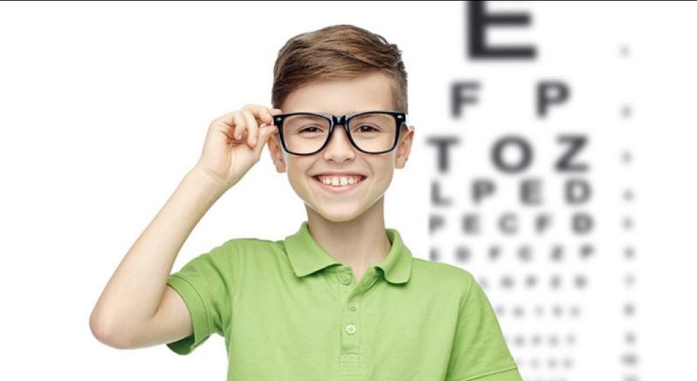 criança usando óculos